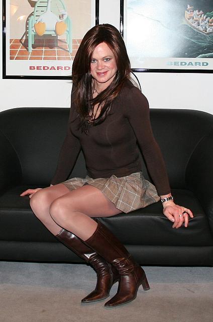 Frauen in Strumpfhosen mit weit geöffneten Beinen -